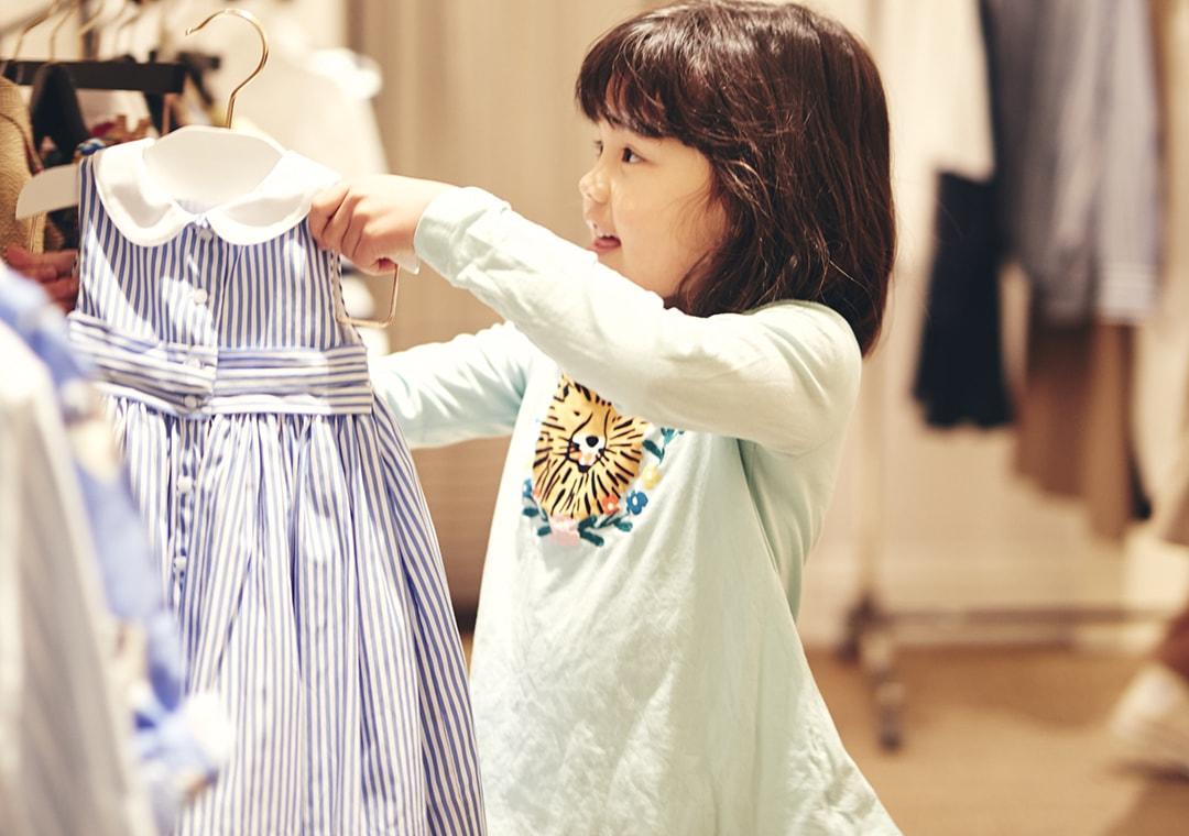 ラルフローレン表参道の店内で洋服を選ぶ女の子