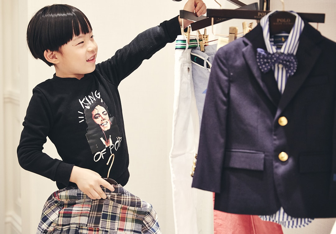 ラルフローレン表参道の店内で洋服を選ぶ男の子