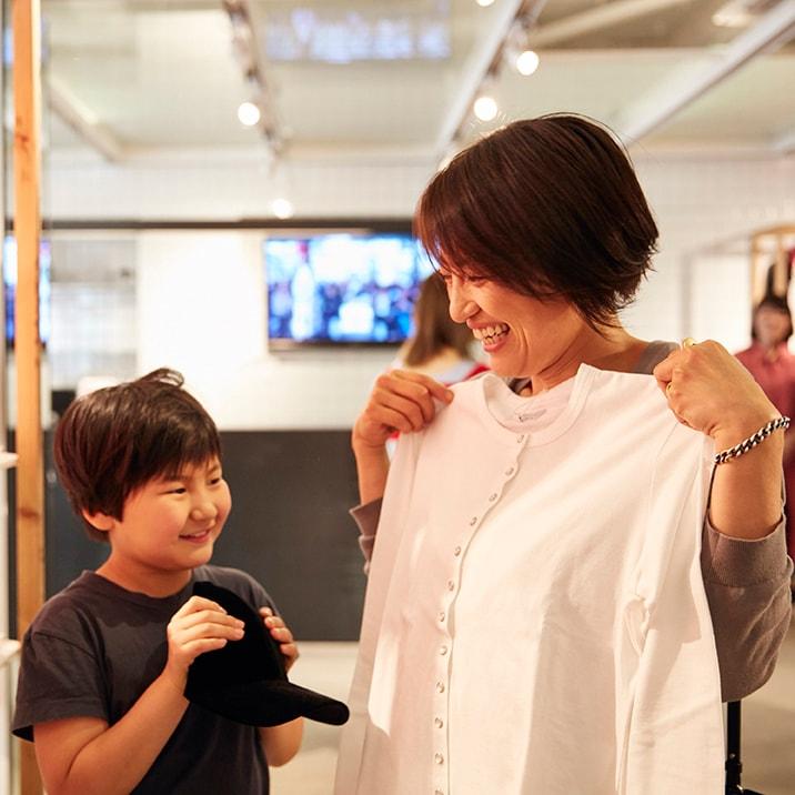 〈アニエスベー〉のカーディガンプレッションを着てパチリ、ファミリー撮影会の様子をレポート!