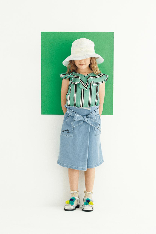 ブラウス:¥13,824/スカート:¥13,824/帽子:¥8,100/ソックス:¥1,944/サンダル:¥12,960