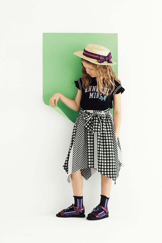 Tシャツ:¥8,532/スカート:¥14,904/帽子:¥8,100/ソックス:¥1,944/サンダル:¥12,960