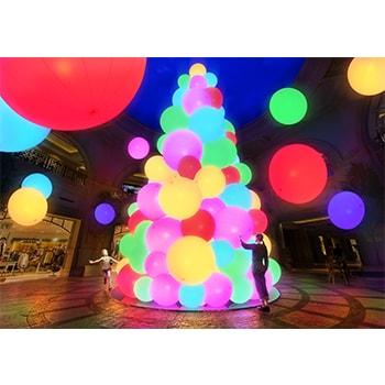 〈チームラボ〉によるインタラクティブな光のツリー「呼応する生命の樹」がお台場ヴィーナスフォートに登場!