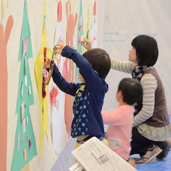 親子向けワークショップ「貼って遊ぼう ぺたぺた!クリスマス」丸亀市猪熊弦一郎現代美術館で開催