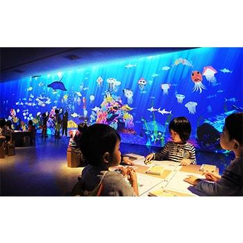 「チームラボ お絵かき水族館」テクノロジーを使った体験型展示が三重・鳥羽市立海の博物館で開催