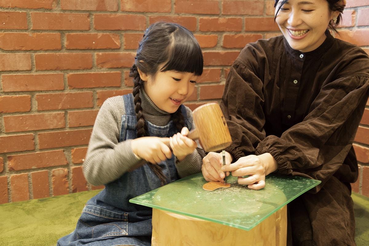 〈土屋鞄製造所〉ワークショップ「革のことりブローチづくり」