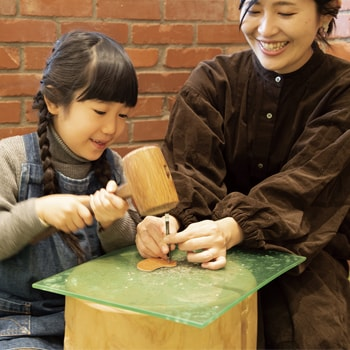 親子で楽しめる!〈土屋鞄製造所〉主催のワークショップ「革のことりブローチづくり」