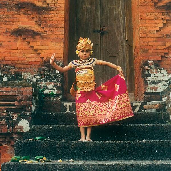 インドネシア:きらびやかな衣装に身を包むバリ島の小さな踊り子たち