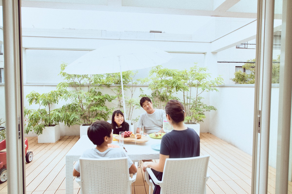 明るく開放的なリビングに家族が集う、柿本ファミリー|HOUSE STORIES Vol.9