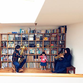 木と音楽に包まれた暮らしを満喫する、古本ファミリー|HOUSE STORIES Vol.6