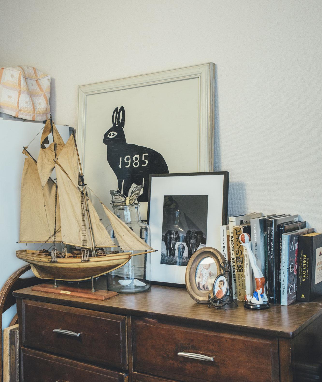 MilKのダイアリーでもおなじみ、サリュコワ・マリアさん宅。ヴィンテージのチェストには、ウサギの絵、象のアート写真、子どもの写真とお気に入りのオブジェが並ぶ(「ボントンPRに聞く、アートと暮らす部屋の作りかた」より)。