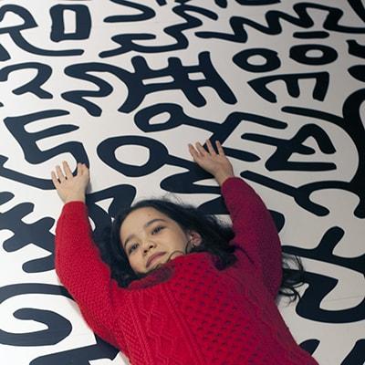 中村キース・ヘリング美術館 絵を描くのが好きな少女がへリングの「光と闇」に触れる