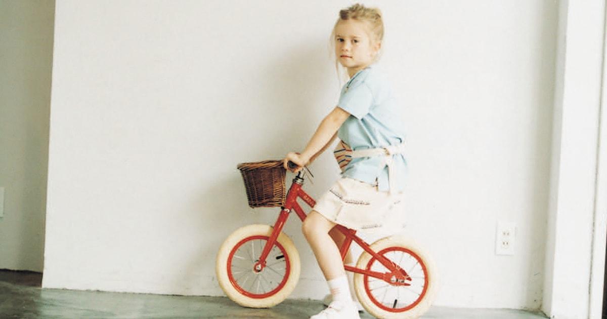 〈バンウッド〉のバランスバイクと〈タイニーコットンズ〉の新作ウェア