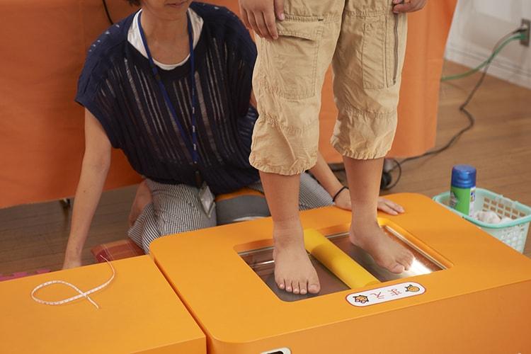 〈アシックス〉の専門スタッフによる「子どもの足の計測会」