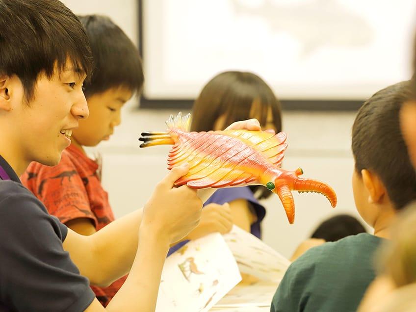「軽井沢ファミリーワーケーション with 探究学舎」の日程は、2021年9月25日(土)~26日(日)。宿泊料金は1名¥8,850〜。必須オプションとして、①プログラム参加費 子ども1名¥57,880(2日間)、②夕食・意見交換会参加費 大人1名¥20,780。