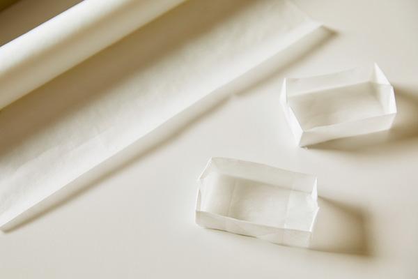 適度なハリがあり、汚れにも強いクッキングシートは、標本の箱に最適。箱の折り方は、ネットで「折り紙、箱」と検索すれば、すぐに出てきます。とても簡単だから、子供と一緒に折ってみて。