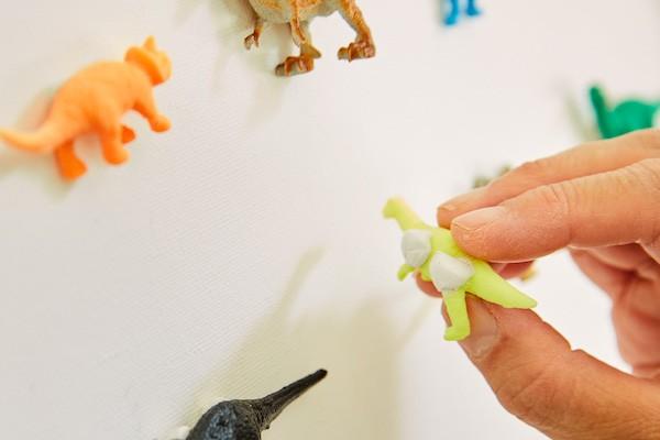 粘土のようなソフト接着剤で貼れば、フィギュアを痛めず、いつでもはがせて便利。