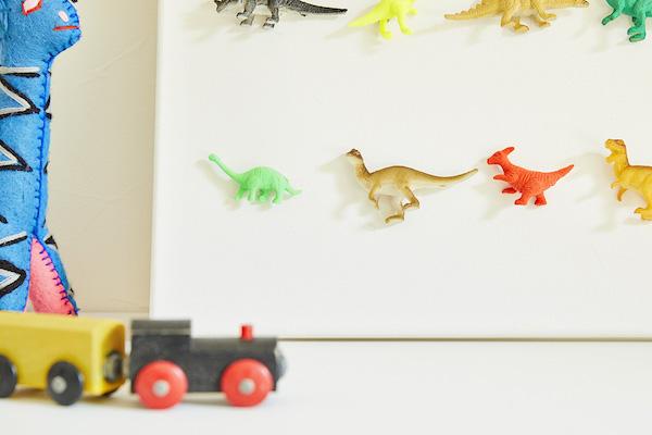 恐竜のフィギュアをキャンバスにアレンジ。キャンバスの代わりに、段ボールに白い布を貼ったもので代用しても。