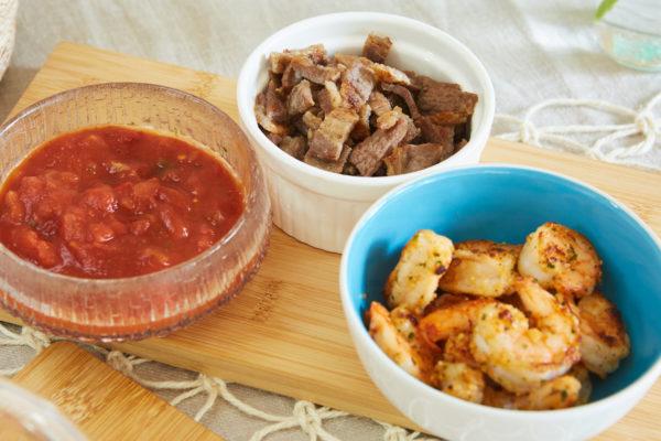 味付けを少し濃いめの塩胡椒にするだけで、意外となんでもタコスの具に。いくつかサルサを用意して味に変化をつけるのも楽しい。メキシコではチレ・セラーノという唐辛子を使ってサルサを作りますが、日本では手に入らないので、タバスコとトマト缶を使って。[簡単サルサソース]トマト缶(カットタイプ・汁気を切っておく)400g、玉ねぎ(みじん切り)1/4個、ピーマン(みじん切り)1/4個、パクチー適量、レモン汁小さじ1、タバスコ小さじ1、塩小さじ1/2、砂糖小さじ1/2を全て混ぜる。