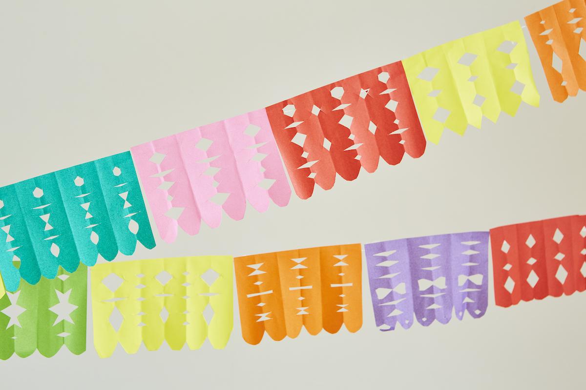 カットした紙をヒモにテープで留めたガーランド。このカラフルな色のアクセントが、部屋を一気にメキシコムードへシフト。