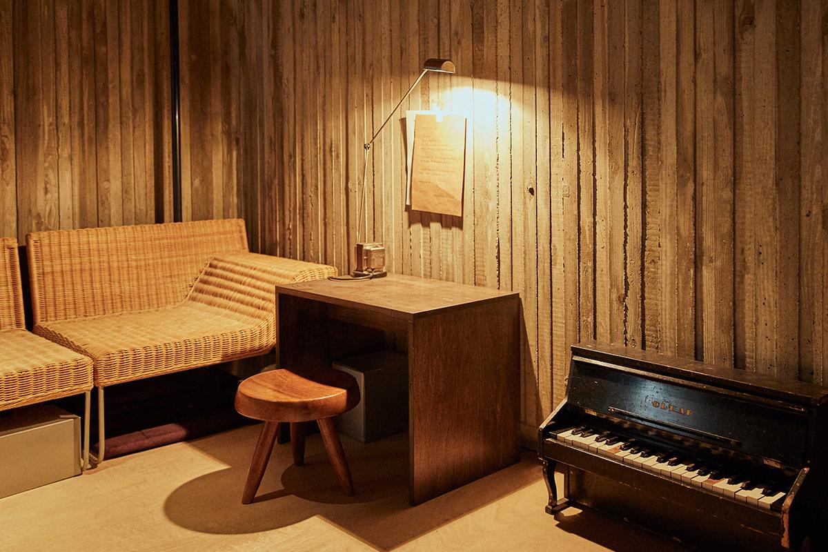息子さんの勉強スペースは二階に。夫の誠さんがDIYした合板のコの字型机と、それに合わせたシャルロット・ペリアンの椅子。デスクライトはルミナのダフィーネ。「安い机と、高い椅子の組み合わせです」(誠さん)