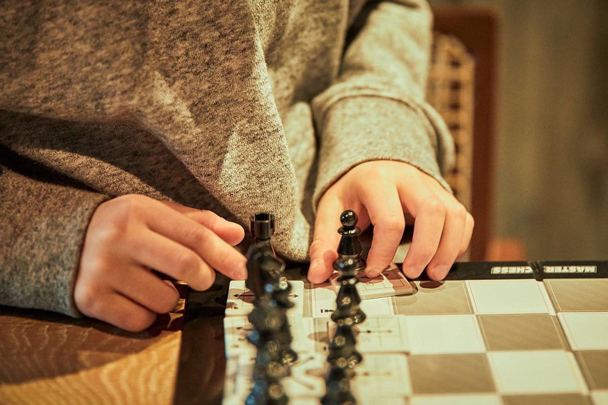 「特にチェスは海外の人とも遊べる世界共通のゲームなので自分も覚えたくて、親子でよくやっています。1回のゲームに30分くらいかかるのでゆっくり一緒の時間を過ごせます」。息子さんはすっかりチェスをマスターしていて、取材スタッフに手ほどきをしてくれた。