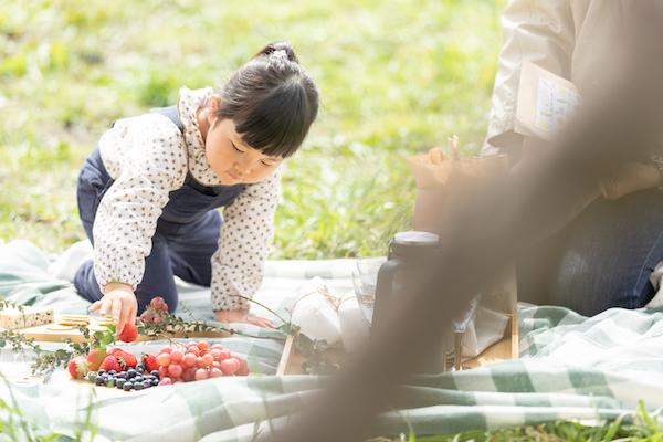 座るスペースをピクニックラグの外側にすることで、靴を脱がなくても座れて便利。遊んだり食べたりと忙しい子供にもちょうどいい。