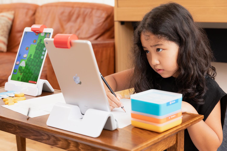 鉛筆と紙、そしてiPadとオズモ。フィジカルとデジタルの掛け合わせである「フィジタル体験」そのもの。そのオンリーワンの体験をポップアップショップで味わうことができる。