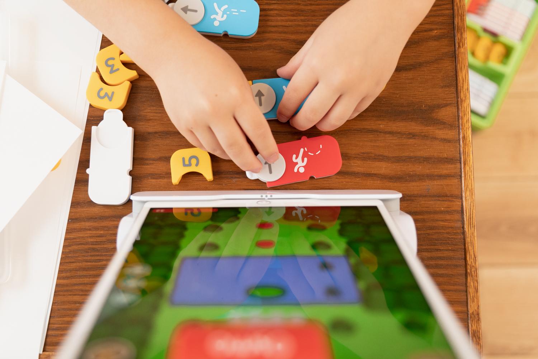 オズモ コーディング スターター キットの初級プログラム「コーディングオービー」。画面を見ながら専用のタグを使ってプログラミングを進めていく。初めての子でもスムーズにプレイできる。