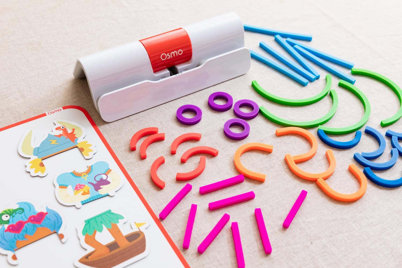 オズモ リトル ジーニアス スターター キット 10,800円 3歳からプレイできる低年齢向けのキット。形あそびや着せ替え、話づくりなど、学びの楽しさをテクノロジーを通して体験できる。直感的なので、子どももスムーズにプレイできる。*近日発売開始予定 対象年齢:3〜5歳