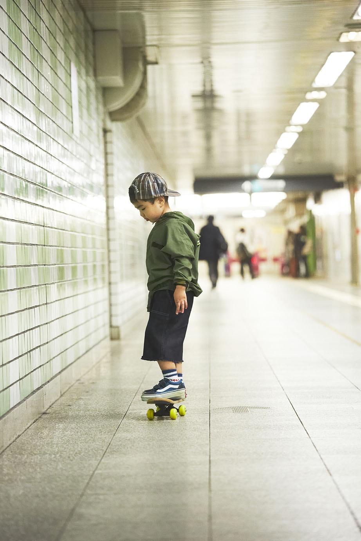 アクティブトイ_theparkshop_スケートボードに乗る少年