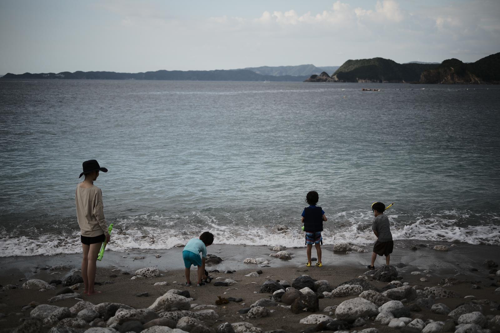 海で遊ぶ子どもたち。大人も潮風に吹かれて心地いい