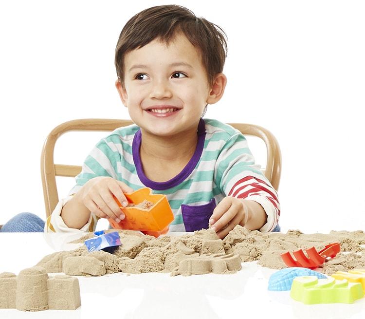 知育玩具_キネティックサンド_子どもが遊んでる様子