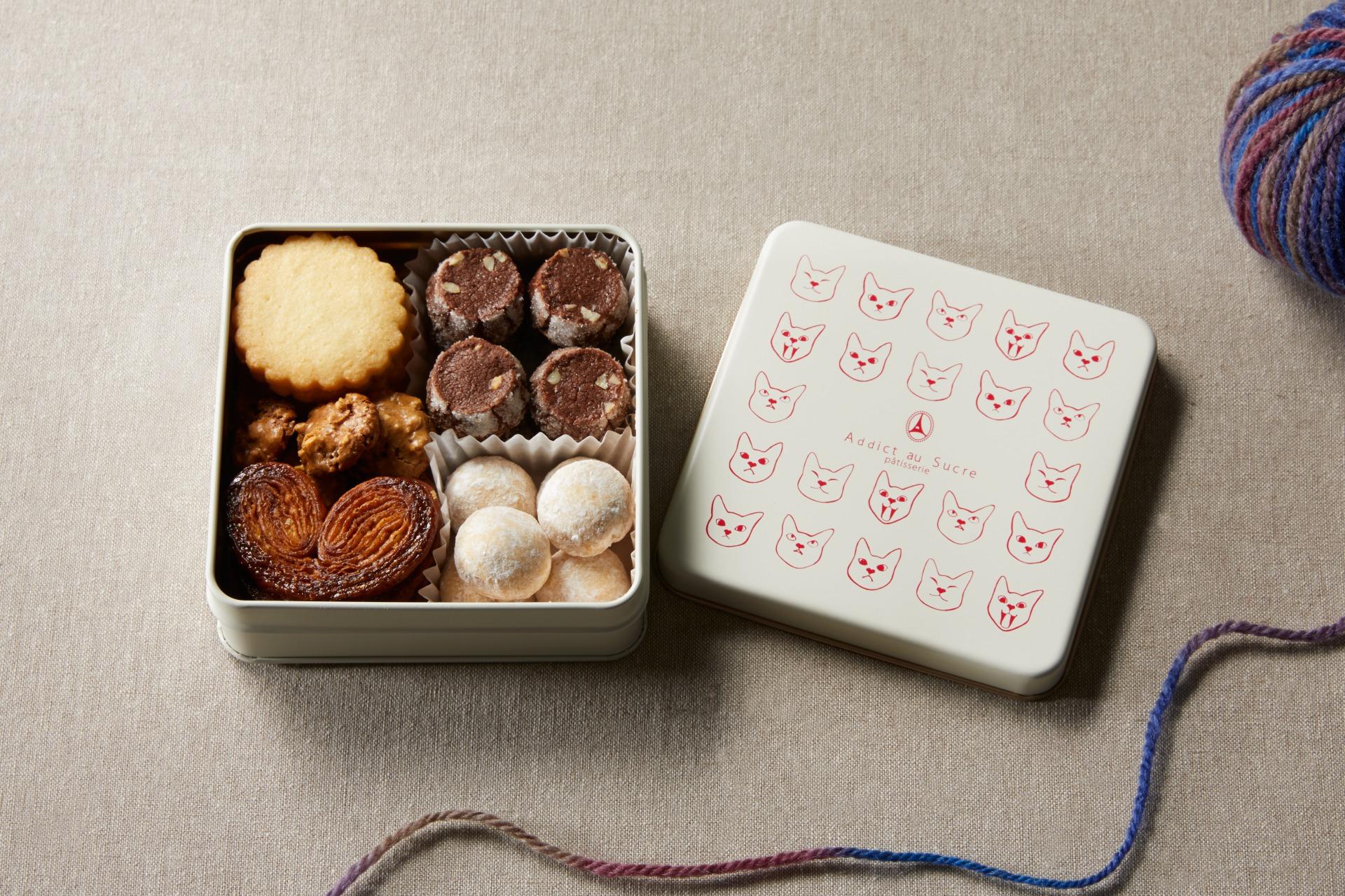 Addict au Sucre「ボワット レ シャ 猫デザインのクッキー缶 5種焼き菓子セット(店頭受取専用)」1,890円  【問い合わせ先】 Addict au Sucre TEL:03-6421-1049 公式サイト:https://addictausucre.com/