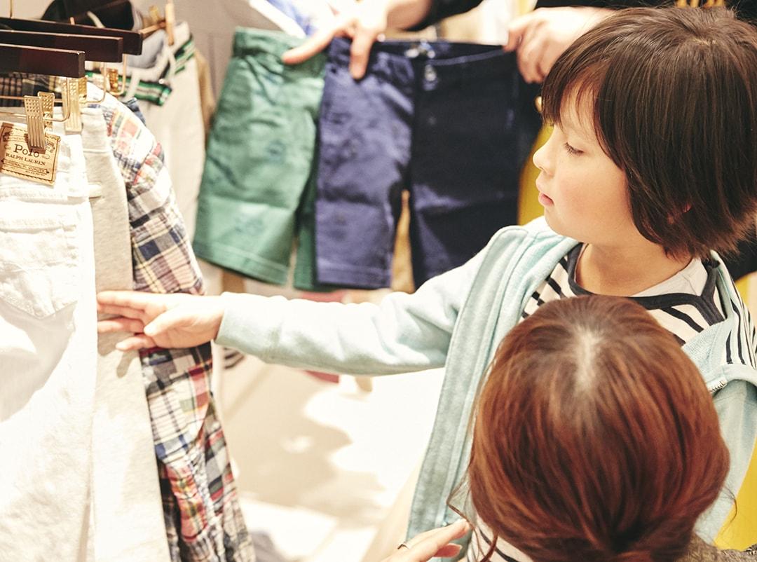 ラルフローレン表参道の店内でパンツを選ぶ男の子
