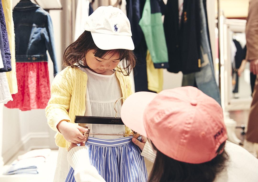 ラルフローレン表参道の店内で妹の洋服を選ぶお姉ちゃん