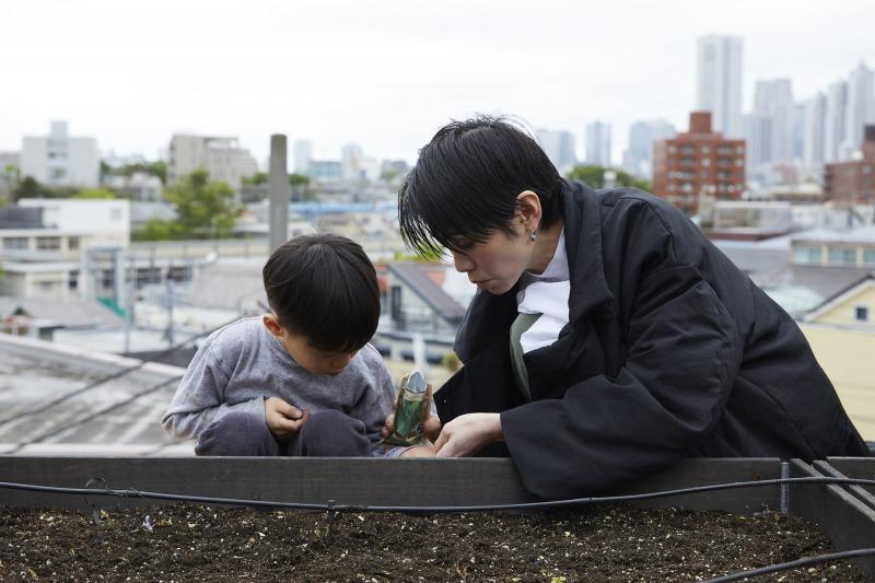 息子さんも菜園に連れ出し、一緒に種植え。