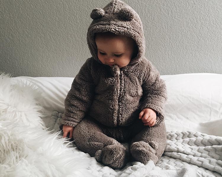 ベビーオールを着る赤ちゃん