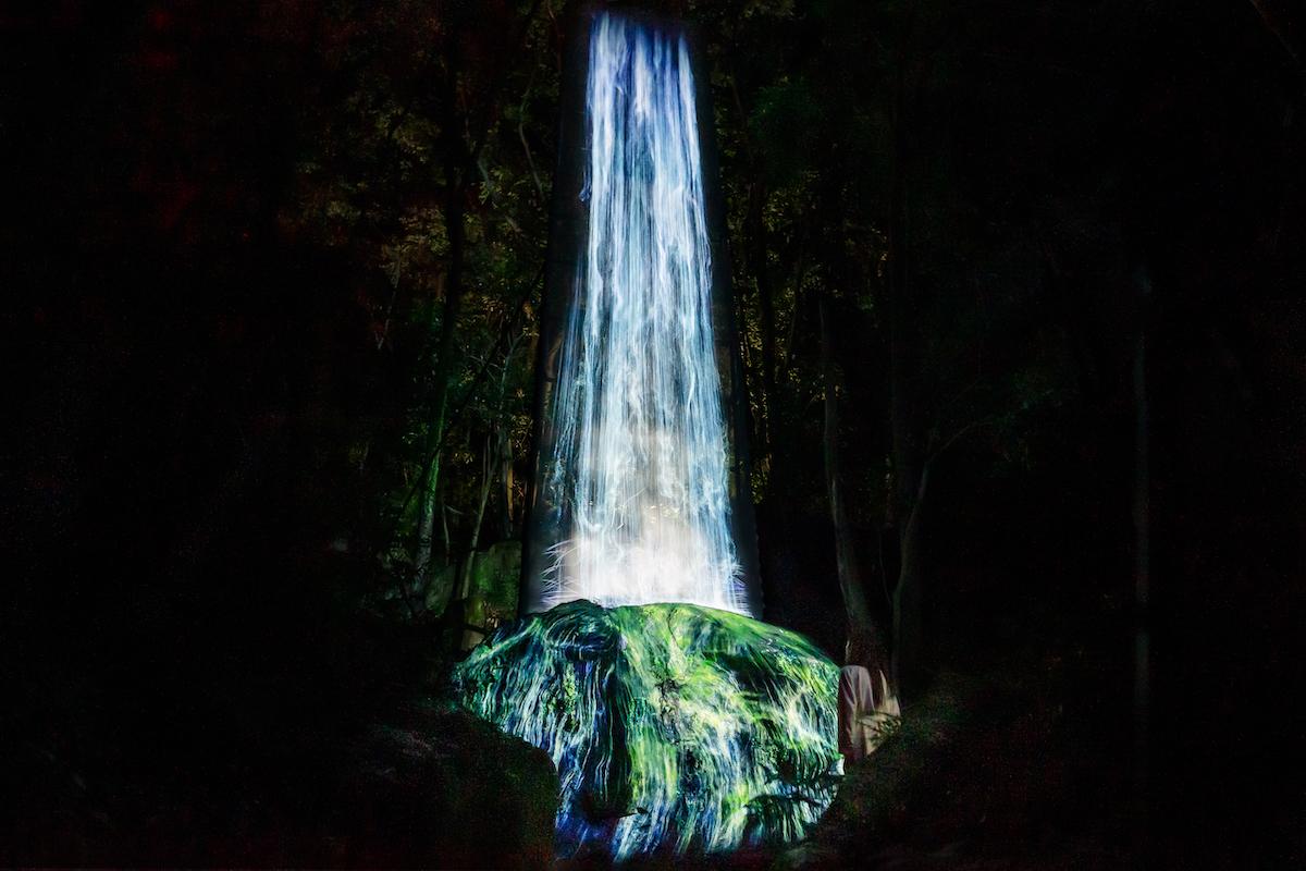 かみさまの御前なる岩に憑依する滝 / Universe of Water Particles on a Sacred Rock teamLab,2017,Digitized Nature