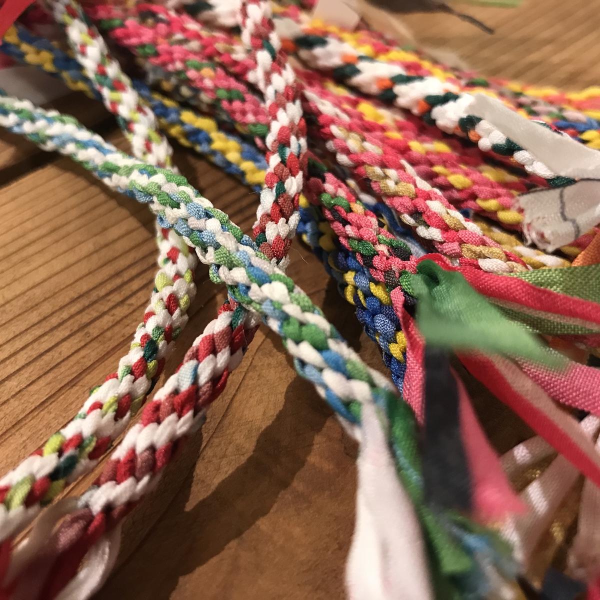 商業施設の懸垂幕を編んだ紐