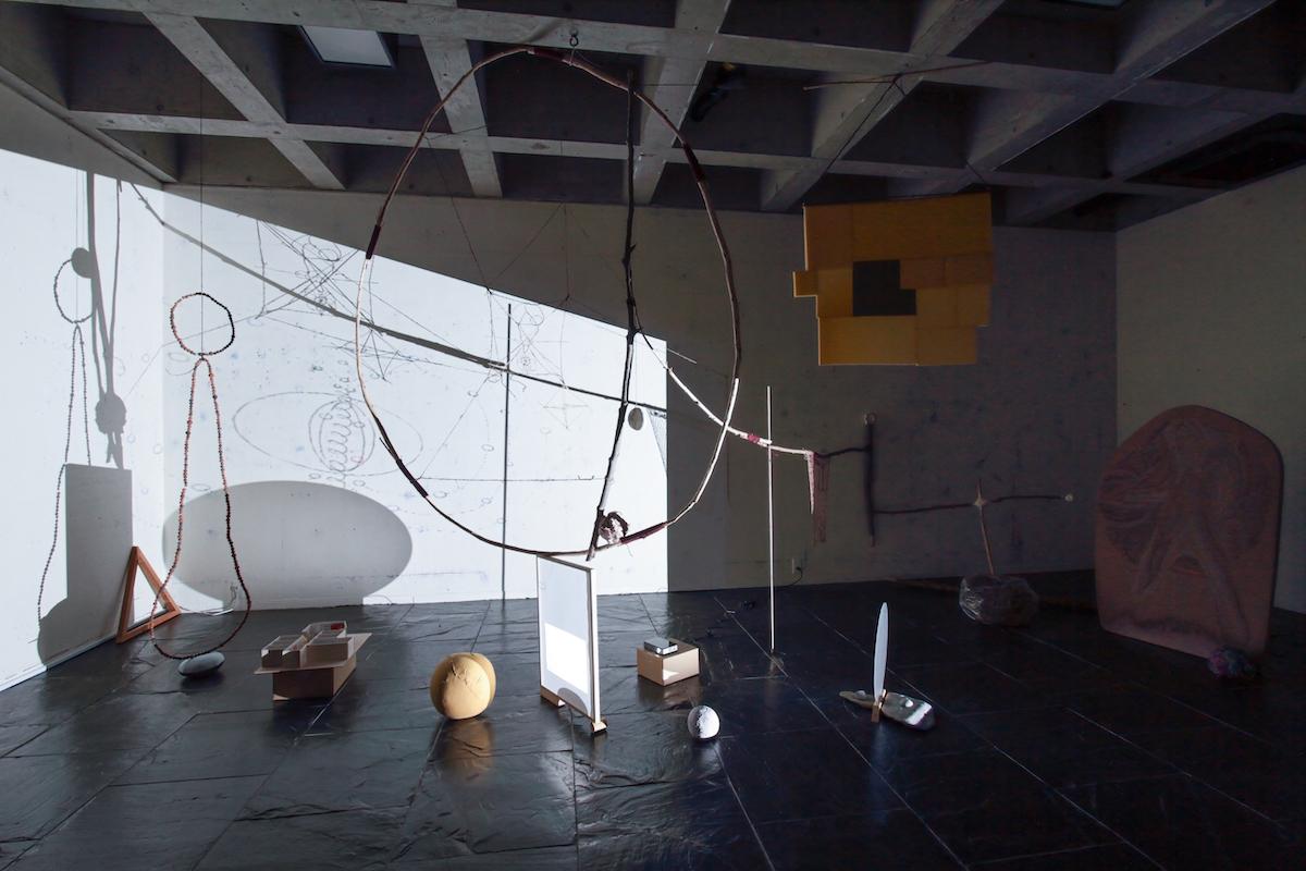 青木陵子+伊藤存「変化する自由分子のWORKSHOP」展示風景、ワタリウム美術館、2020年 撮影:今井紀彰