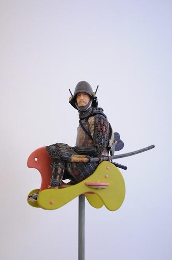 ユーモラスな「鎧と人」アートに子どもも夢中に! 特別展「野口哲哉展―this is not a samurai」