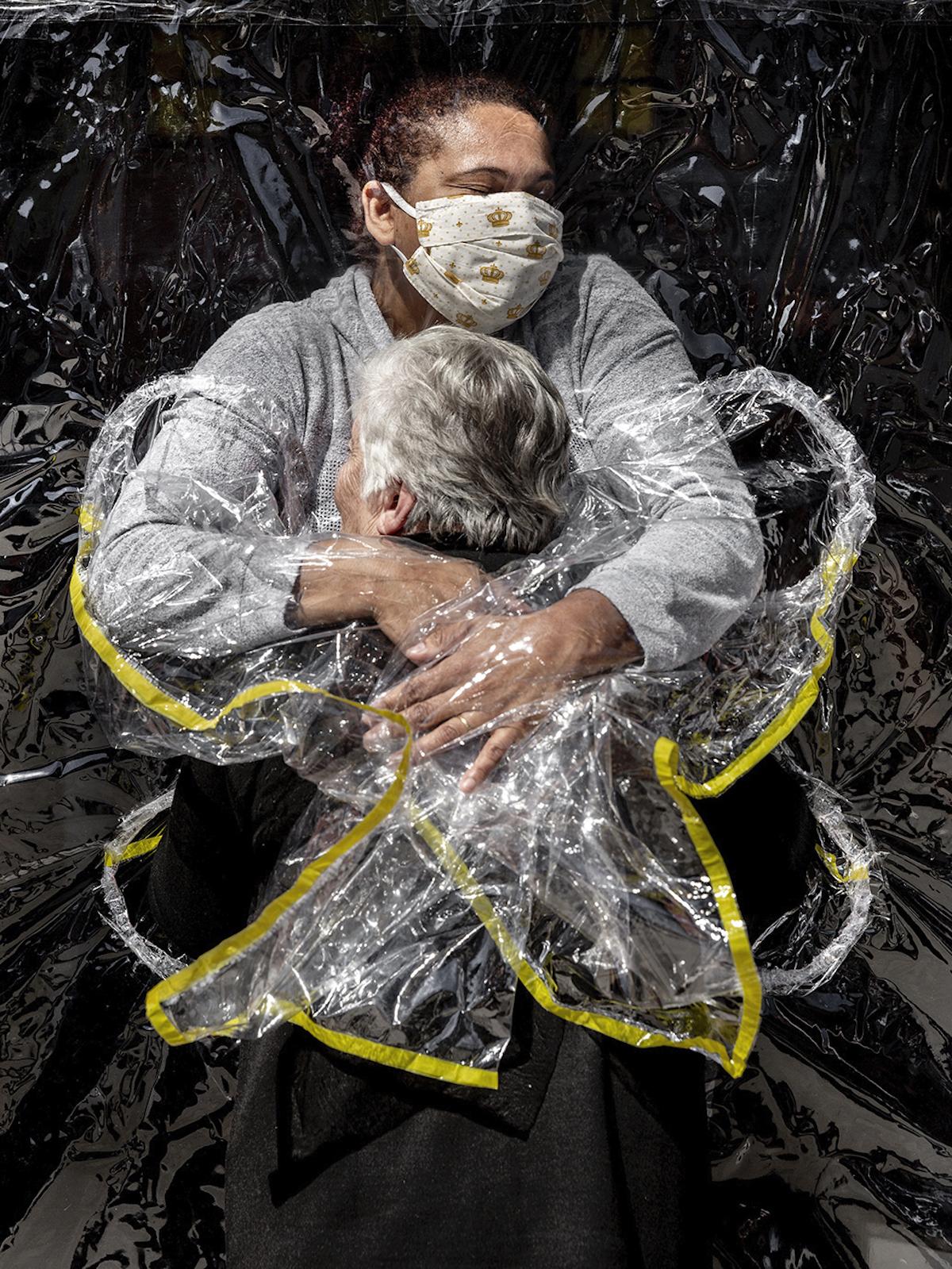 世界報道写真大賞 一般ニュースの部 単写真1位 マッズ・ニッセン (デンマーク、ポリティケン/パノス・ピクチャーズ) 初めての抱擁