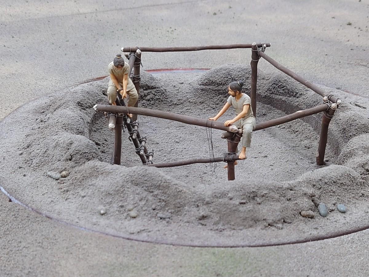 環状集落再現模型 部分(多摩ニュータウンNo.107遺跡) 復元年代:縄文時代中期 縮尺1/20 ※製作中のため、完成品とは異なる部分があります。