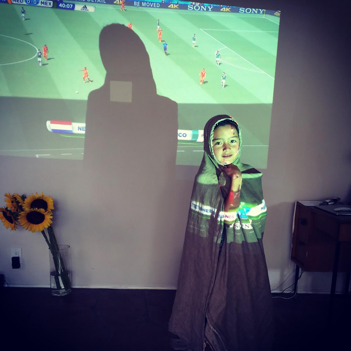 子供たちがまだ小さかった頃、W杯の試合をプロジェクターに投影し観戦した時の様子。(EMIKOさん撮影)