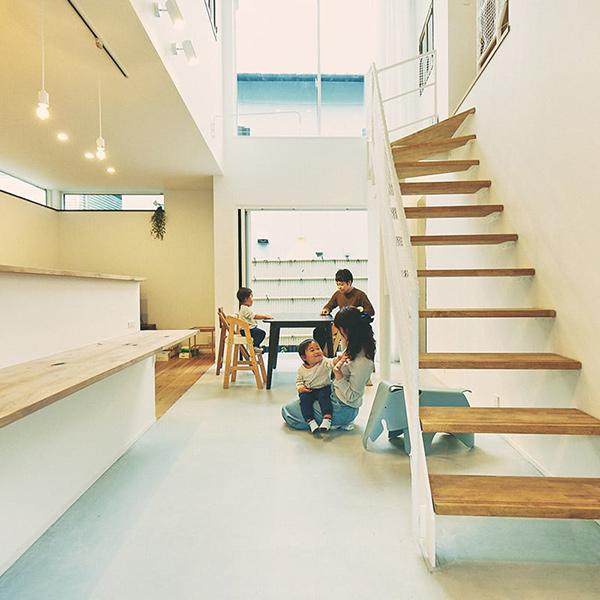 空を切り取るスタイリッシュな大空間に暮らす、森田ファミリー|HOUSE STORIES Vol.12