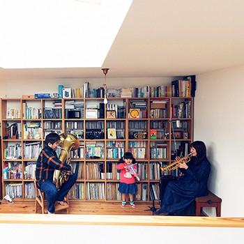 木と音楽に包まれた暮らしを満喫する、古本ファミリー HOUSE STORIES Vol.6