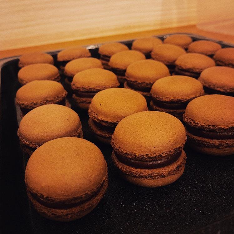 千葉・市原のビーントゥバー専門店〈artisan chocolate33〉のチョコレートマカロン