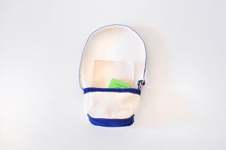 シンプルなデザイン〈TEMBEA〉のショルダーバッグ「TOY BAG」使用イメージ画像