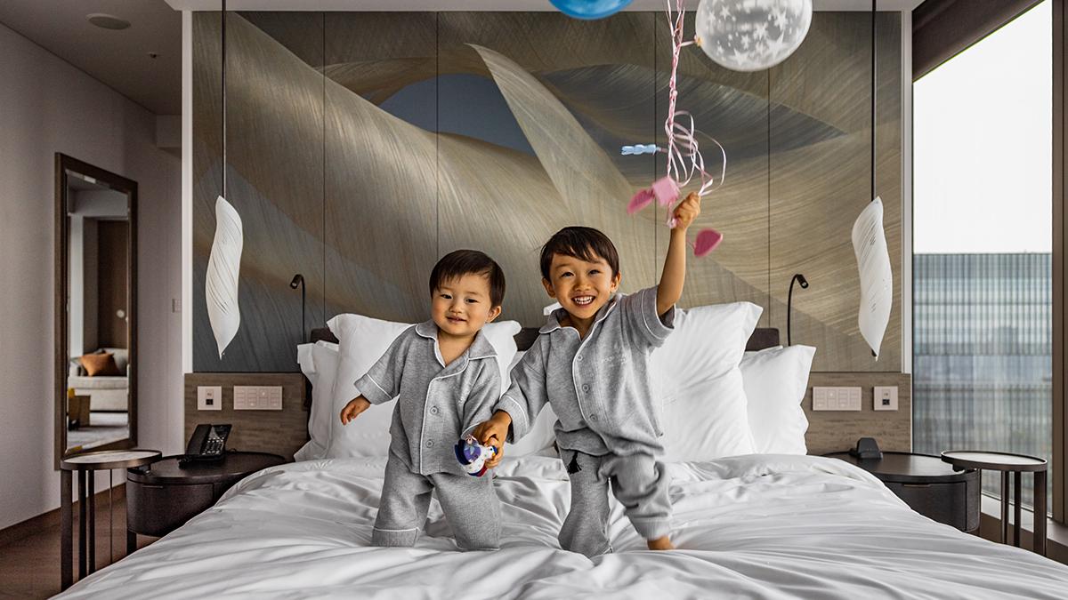 室内でのリラックスウエアには、大人も子供もお揃いのパジャマを用意