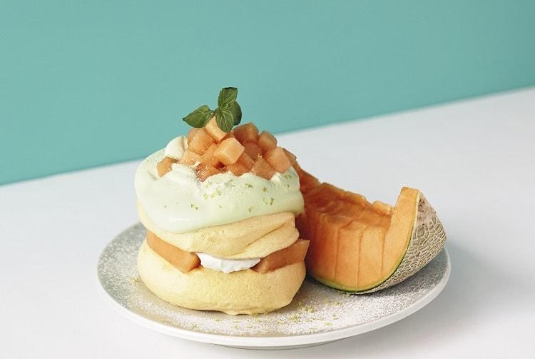 パンケーキ専門店〈フリッパーズ〉完熟夕張メロンをたっぷりと使用した限定メニュー「奇跡のパンケーキ 夕張メロン」